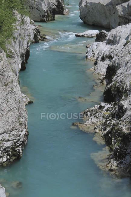 Высокий угол зрения реки среди скал — стоковое фото