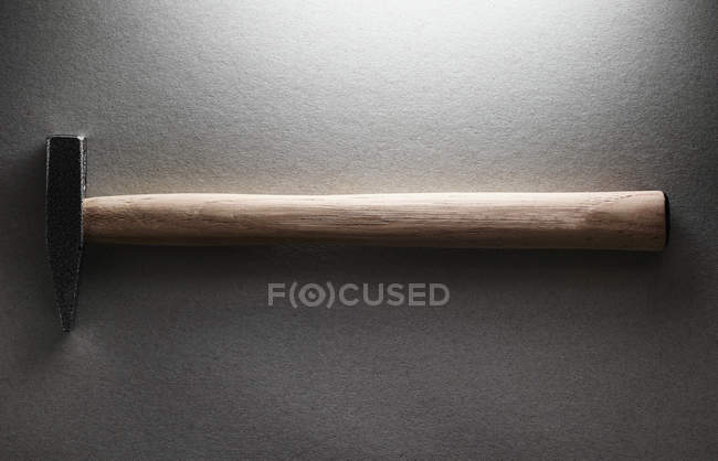 Висока кут зору молот на сірий фон — стокове фото