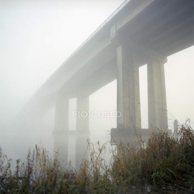 Vue obscure du pont au matin brumeux — Photo de stock
