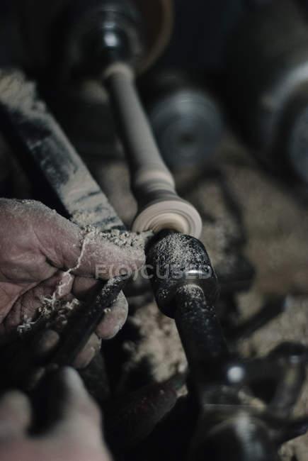 Bild der Handwerker-Hände mit Drechselbank zur Herstellung von Querflöte bei Workshop beschnitten — Stockfoto