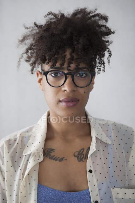 Portrait de jeune femme aux cheveux bouclés crépus — Photo de stock