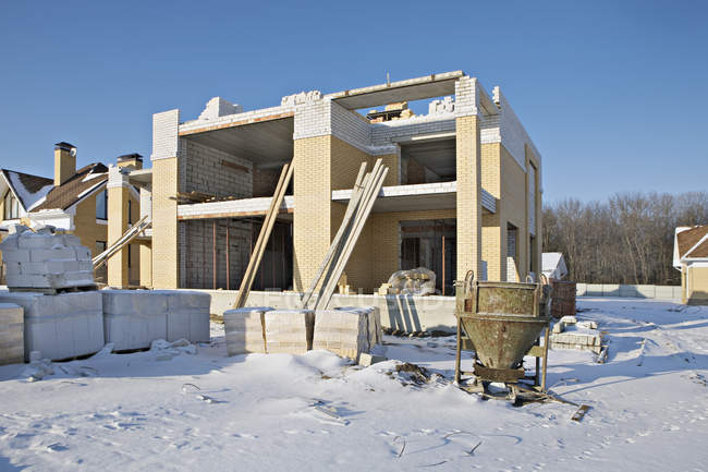 Exterior view of building under construction on sunny winter day — Stock Photo