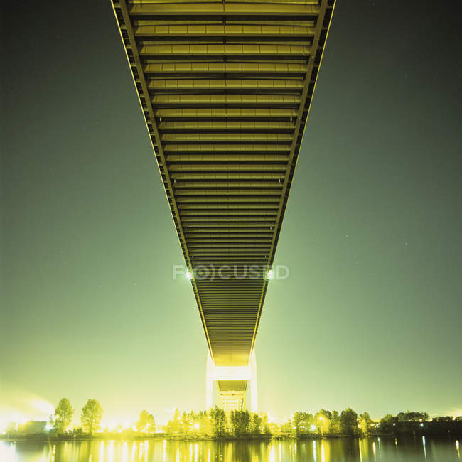 Tir longue exposition du pont d'en bas dans la nuit — Photo de stock