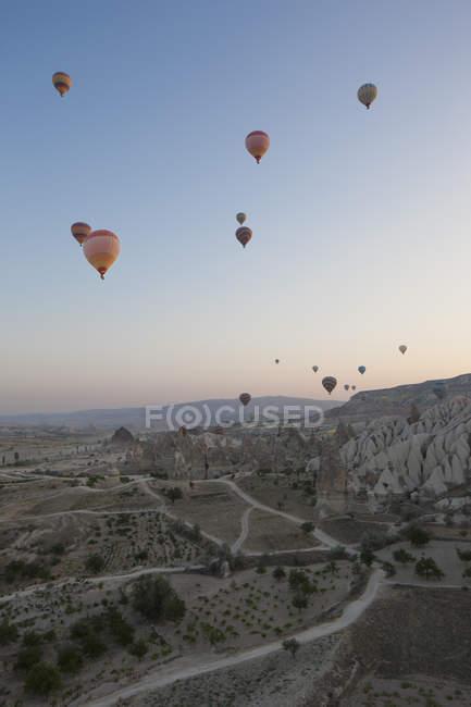 Повітряні кулі, що летить над скелястими пейзажами — стокове фото