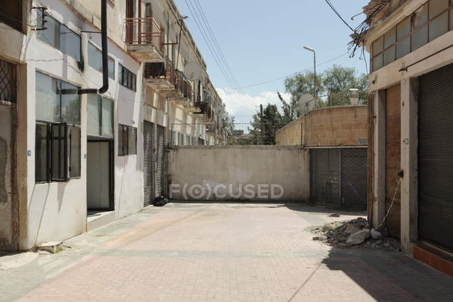Front view of wall dividing street and buildings, Nicosia, Cyprus — Stock Photo