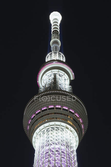 Висока кут зору освітленій токійське вежі проти небо вночі — стокове фото