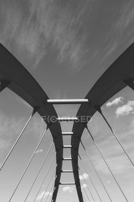 Vista de ângulo baixo da ponte contra o céu — Fotografia de Stock