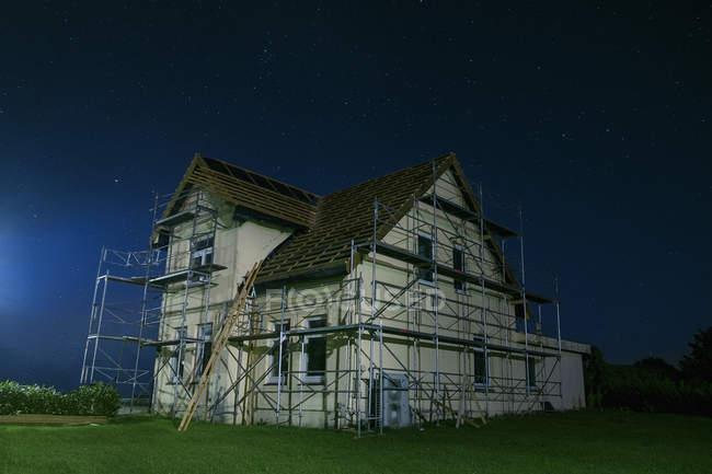 Экстерьер дома под строительство во время заката — стоковое фото