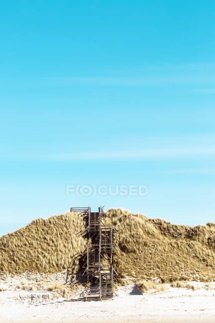 Vista distante da escada sobre dunas de areia na praia — Fotografia de Stock