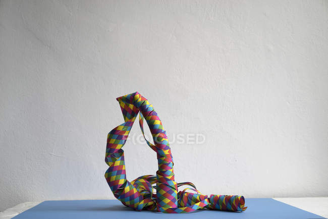 Serpentinas espiral colorido sobre fundo branco — Fotografia de Stock