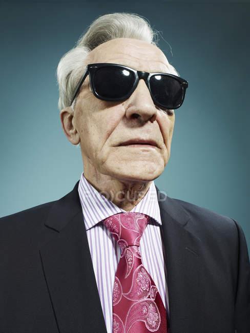 Portrait d'un homme senior élégant, lunettes de soleil — Photo de stock
