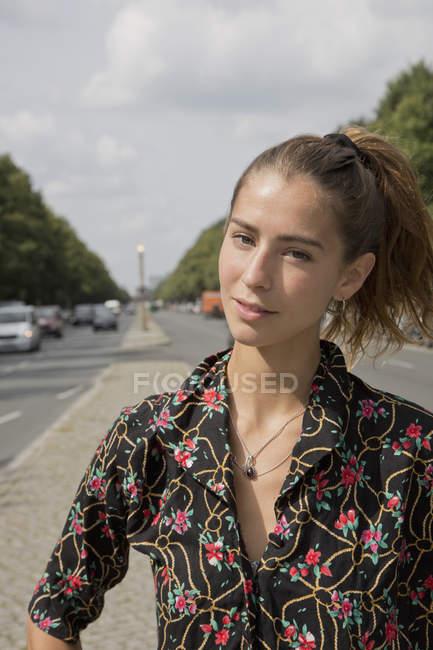 Портрет молодой женщины, стоящей на улице — стоковое фото