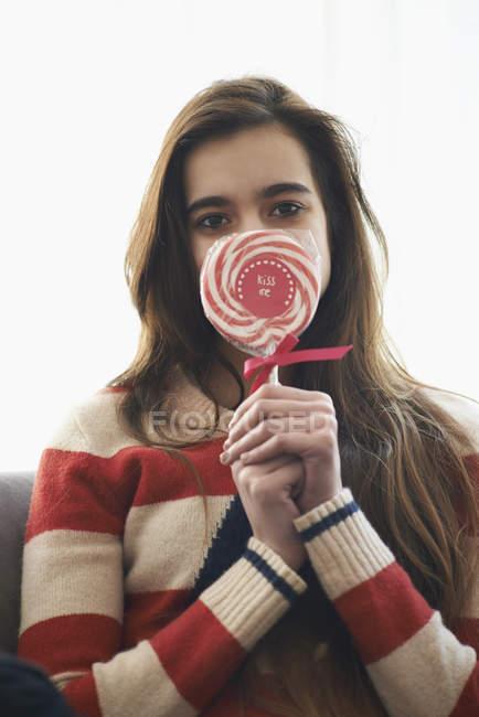 Porträt von Teenager-Mädchen den Mund mit Lollipop zu Hause — Stockfoto