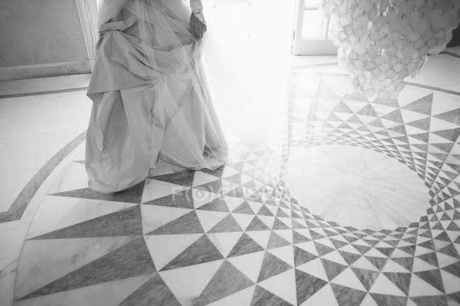 Sección baja de la novia de pie en el suelo con dibujos - foto de stock