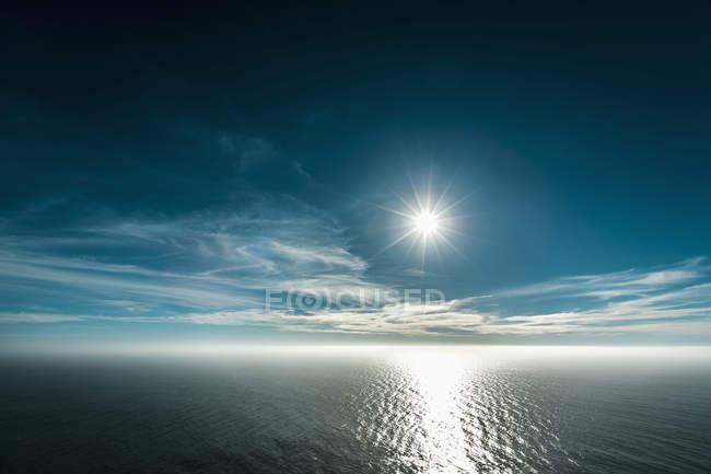 Malerische Marine mit hellen Sonne am blauen Himmel — Stockfoto