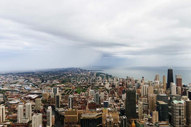 Вид з прибережних міський пейзаж над хмарного неба — стокове фото