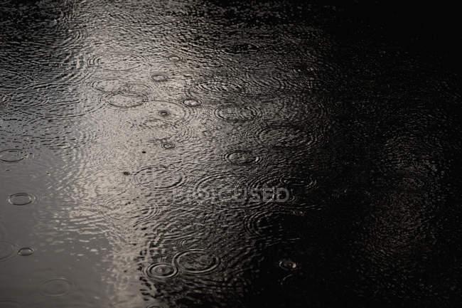 Tiro de quadro completo de onduladas água durante a estação chuvosa — Fotografia de Stock