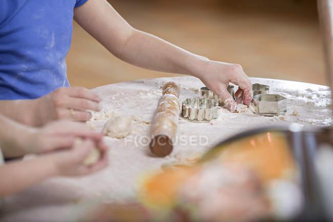 Ragazze raccolto, preparazione della pasta per la cottura — Foto stock