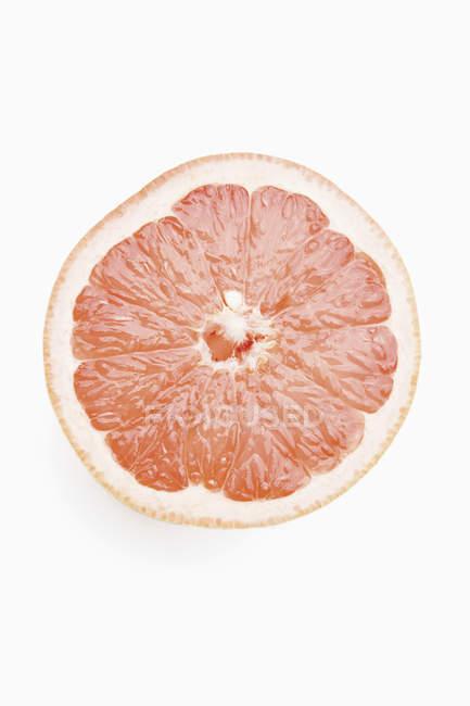 Sección transversal de pomelo sobre fondo blanco - foto de stock