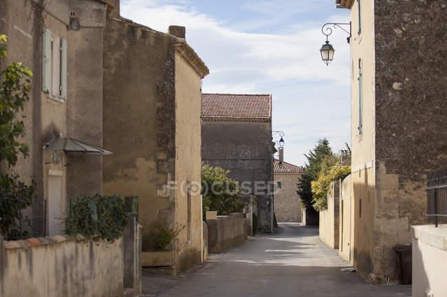 Vista exterior de fachadas de edificios y la calle vacíos - foto de stock