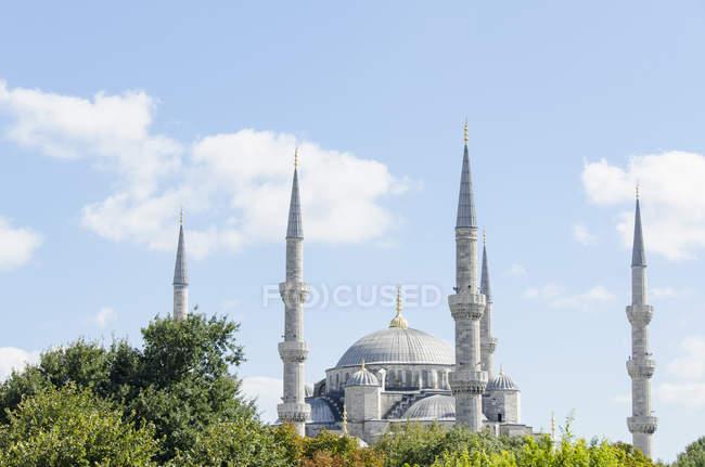 Cúpula de Mesquita Azul e Torres contra o céu — Fotografia de Stock