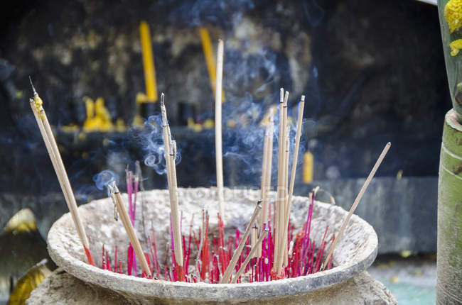 Rauch ausstoßen von Räucherstäbchen in Stand im Tempel — Stockfoto