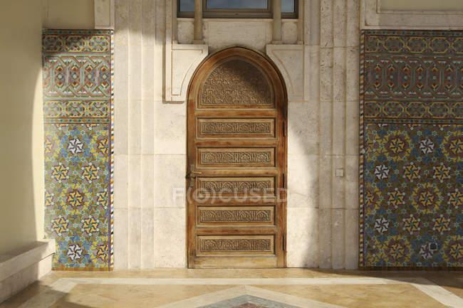 Porta de madeira ornamentada, Hassan Ii Mosque — Fotografia de Stock