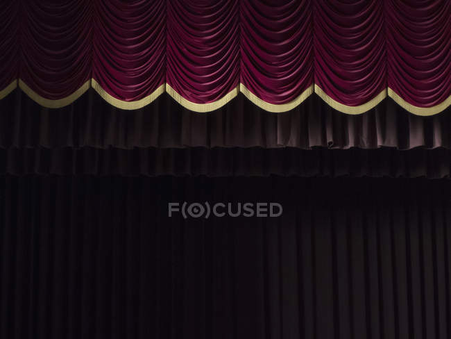 Богато сцену шторы в театре — стоковое фото