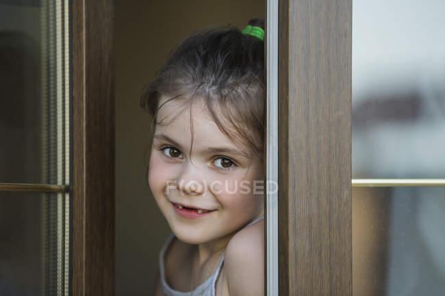 Close-up retrato de menina à porta — Fotografia de Stock