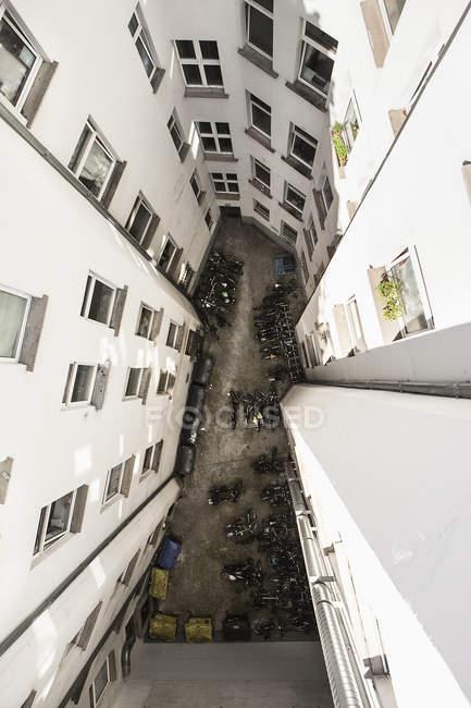 Direkt über Blick auf Fahrzeuge, die inmitten von Wohngebäuden im Innenhof geparkt sind — Stockfoto