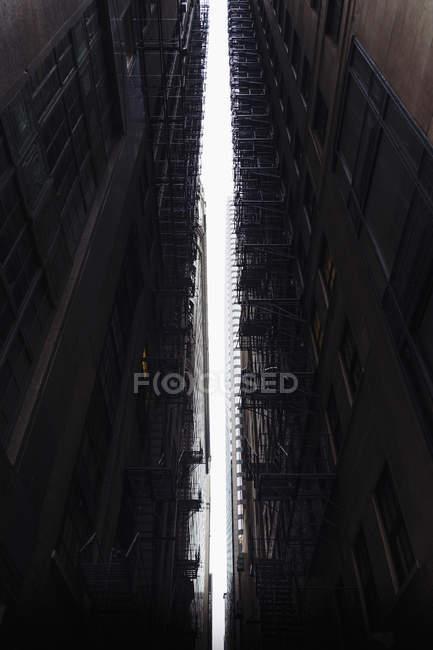 Niedrigwinkelansicht des Abstands zwischen zwei Gebäuden — Stockfoto