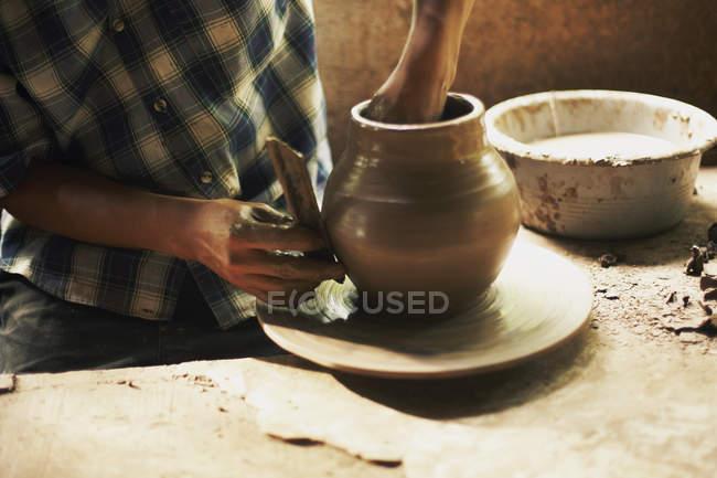 Töpferhände formen Ton in Werkstatt — Stockfoto