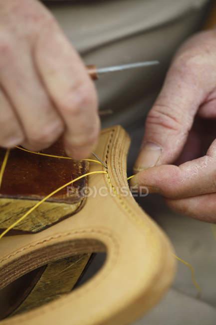 Ernte Handwerker Hände nähen von Leder — Stockfoto