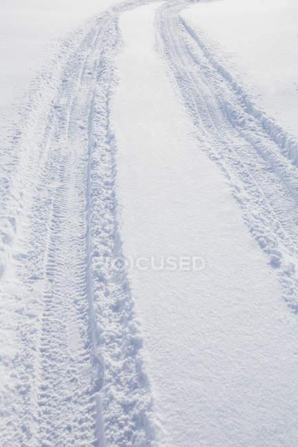 Vista de ângulo baixo de pneu na neve — Fotografia de Stock