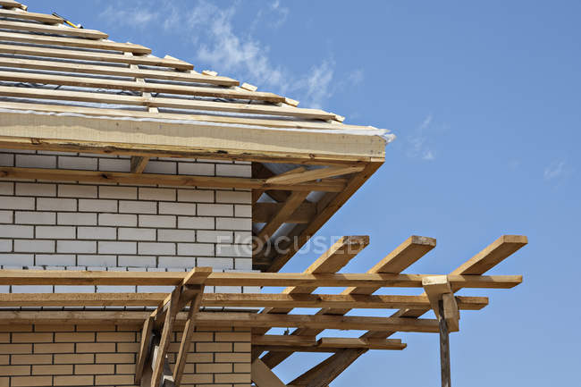 Деревянная крыша в стадии строительства — стоковое фото