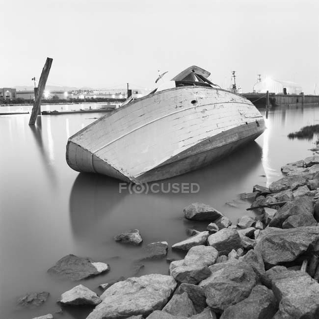 Рыболовецкое судно на низкой воде — стоковое фото