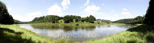 Prise de vue panoramique de la pittoresque rivière à la campagne — Photo de stock