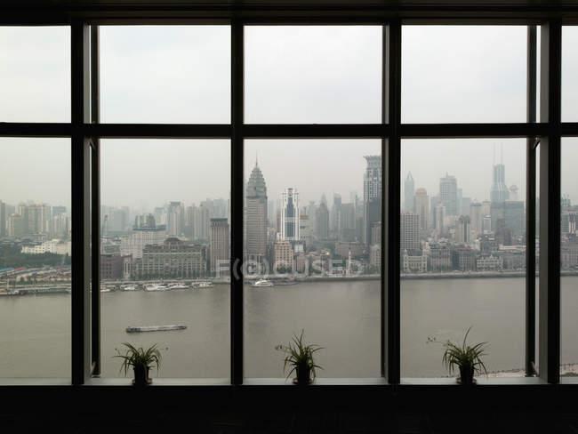 Skyline de Shanghai visto através da janela larga — Fotografia de Stock