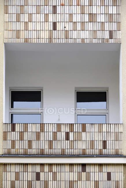 Vista de ângulo baixo das janelas e varanda do apartamento — Fotografia de Stock