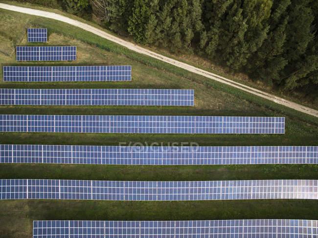 Vista aérea dos painéis solares no campo — Fotografia de Stock