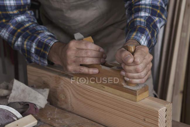 Mittelteil des Mannes, der in der Schreinerei arbeitet — Stockfoto