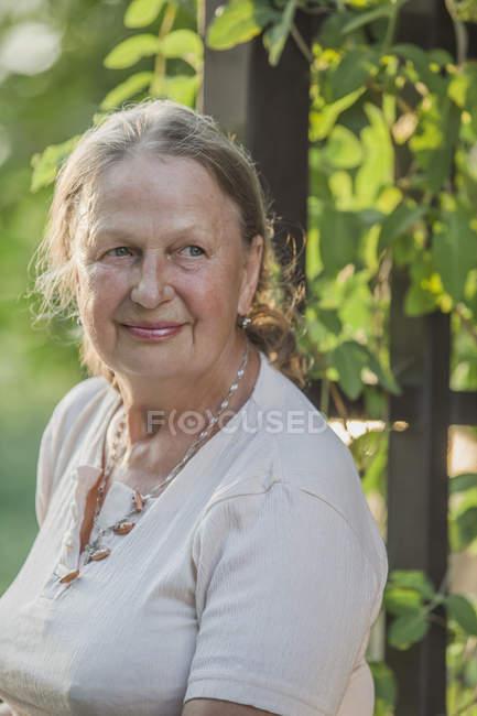 Lächelnde Seniorin schaut im Freien weg — Stockfoto