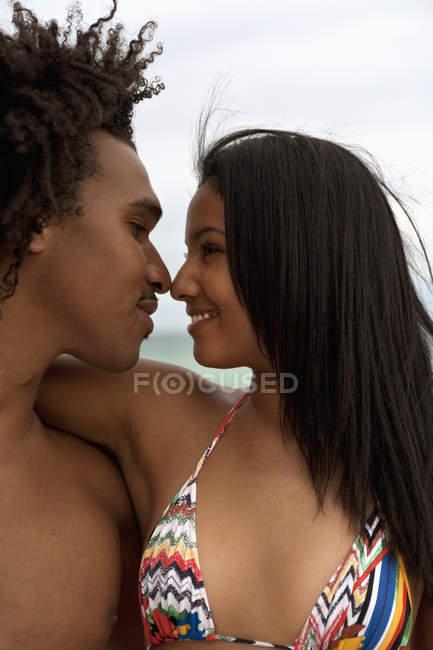 Um jovem casal com os braços em torno de si — Fotografia de Stock