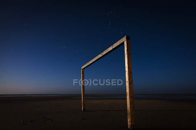 Golo de futebol na praia à noite — Fotografia de Stock