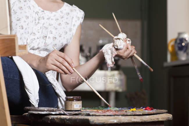 Cortar artista feminina usando paleta — Fotografia de Stock