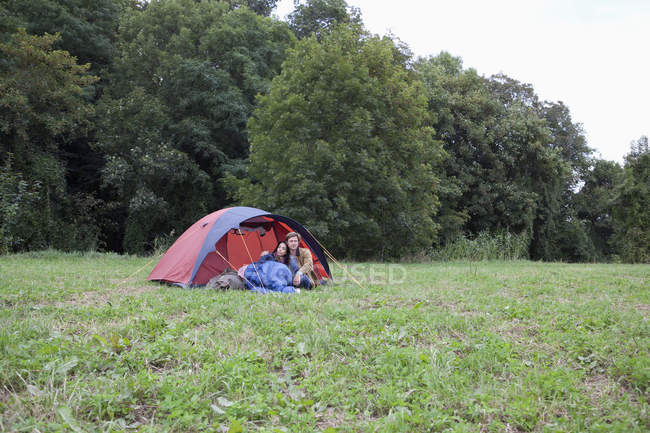Jeune couple se reposer près de la tente dôme dans la nature — Photo de stock