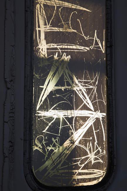 Escrevendo na janela de vidro sujo — Fotografia de Stock