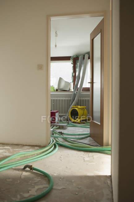 Труби на підлозі кімнати під реконструкцію — стокове фото