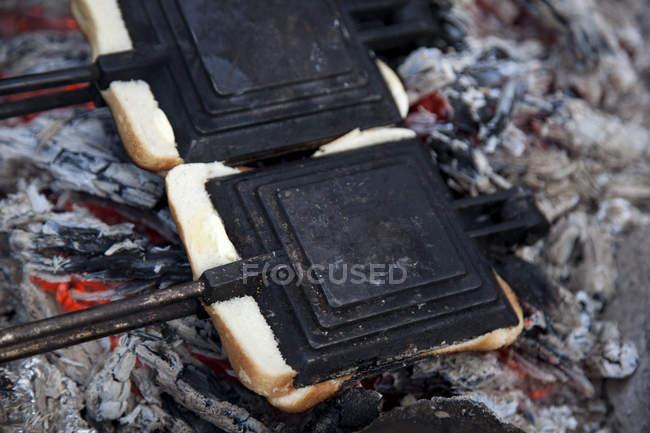 Zwei Toast-Maker am Lagerfeuer — Stockfoto