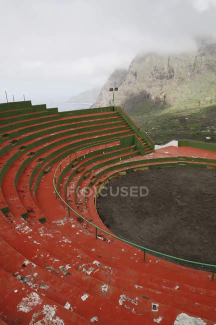 Asientos de la arena de deportes montaña brumosa - foto de stock